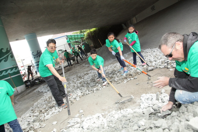 Comcast Cares Day Seattle 2014 International District rockmoving