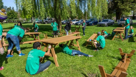 More than 3,200 Volunteers Give Time to a Dozen Locations throughout Washington State during Comcast Cares Day 2016